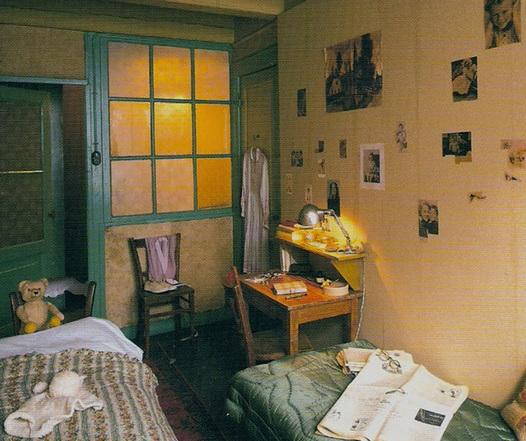 بخشی از مخفیگاهِ واقعی آن فرانک و خانواده اش که در طول دو سال آنجا محبوس بودند و این مکان که در آمستردام واقع است، اکنون  تبدیل به موزه شده ...