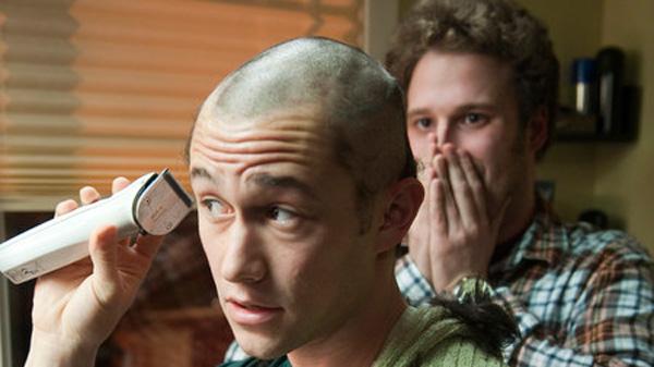 آدام می خواهد با بیماری اش کنار بیاید. برای همین است که قبل از آنکه به دلیل شیمی درمانی، موهایش بریزد، خودش آنها را از ته می زند ...